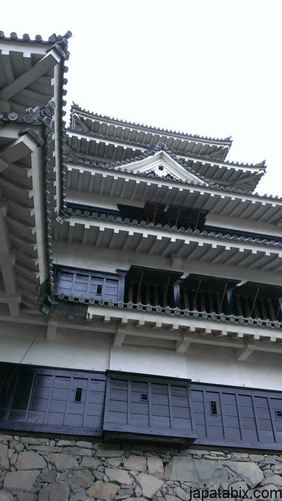 松本城を見上げる