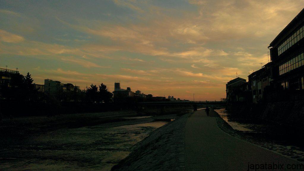 四条河原の夕暮れ