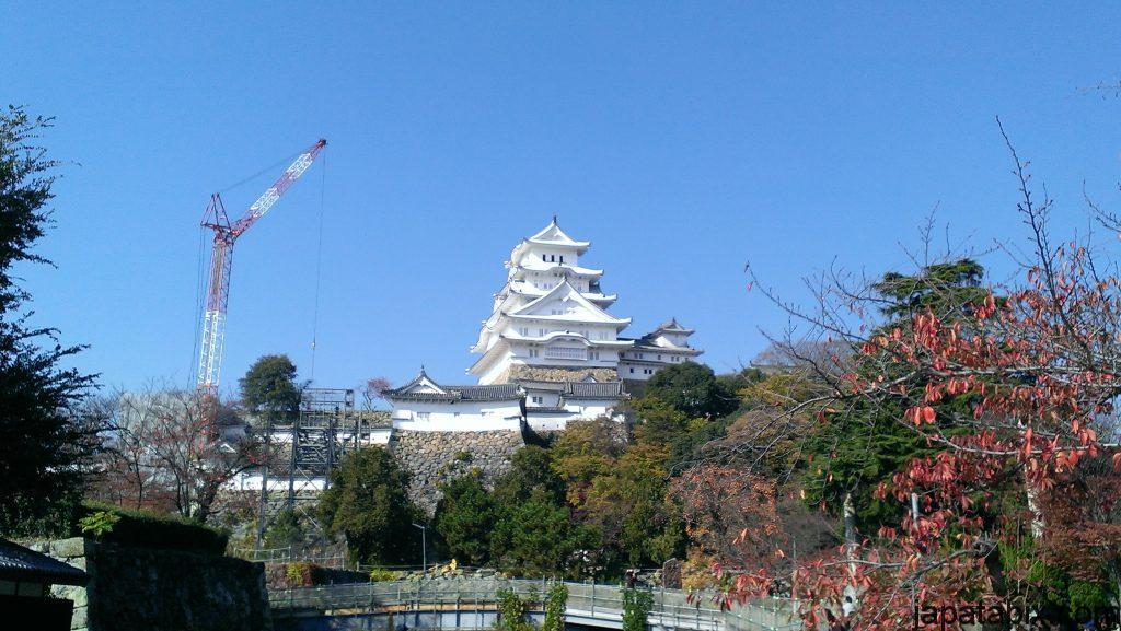 姫路城とクレーン