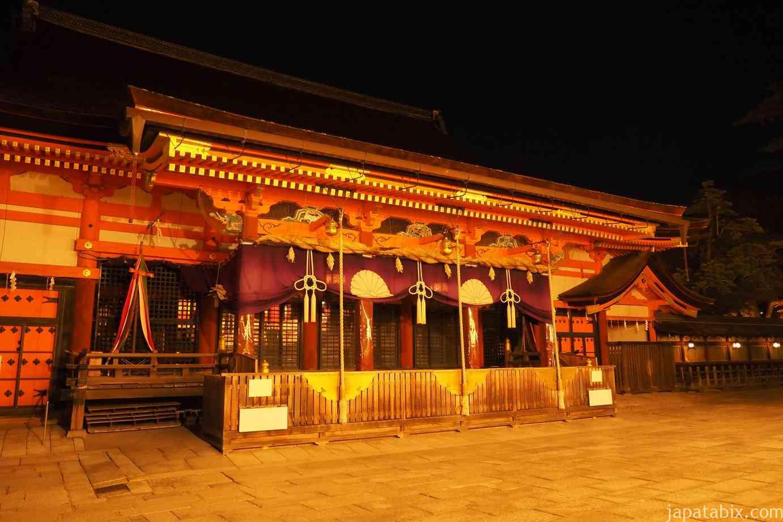京都 東山 八坂神社 真夜中の本殿