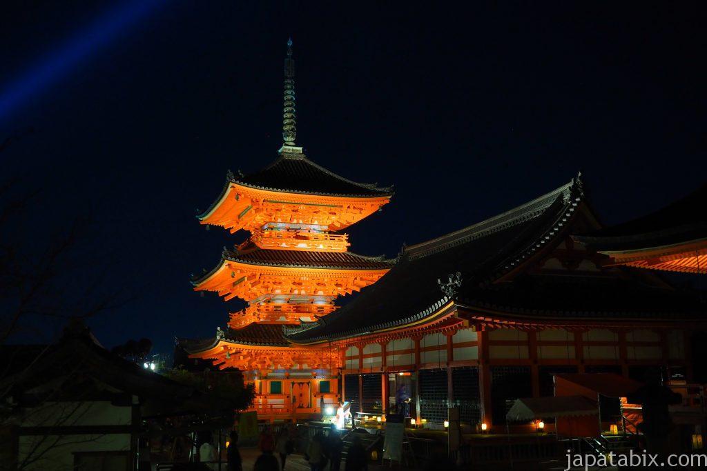 清水寺の三重塔と仁王門