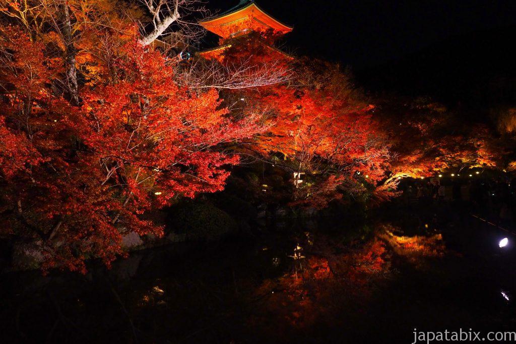 清水寺の三重塔の紅葉