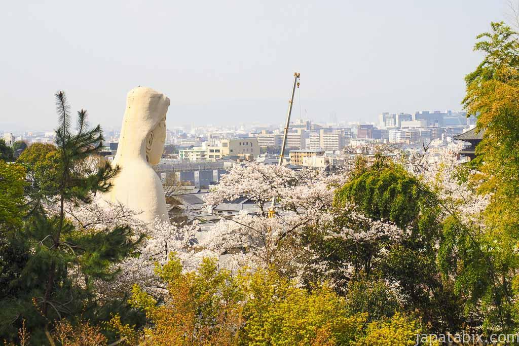 京都 高台寺から見る霊山観音と桜