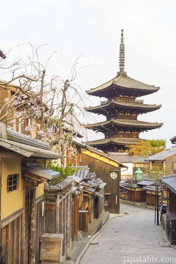 京都 東山散策 春の八坂の塔 早朝