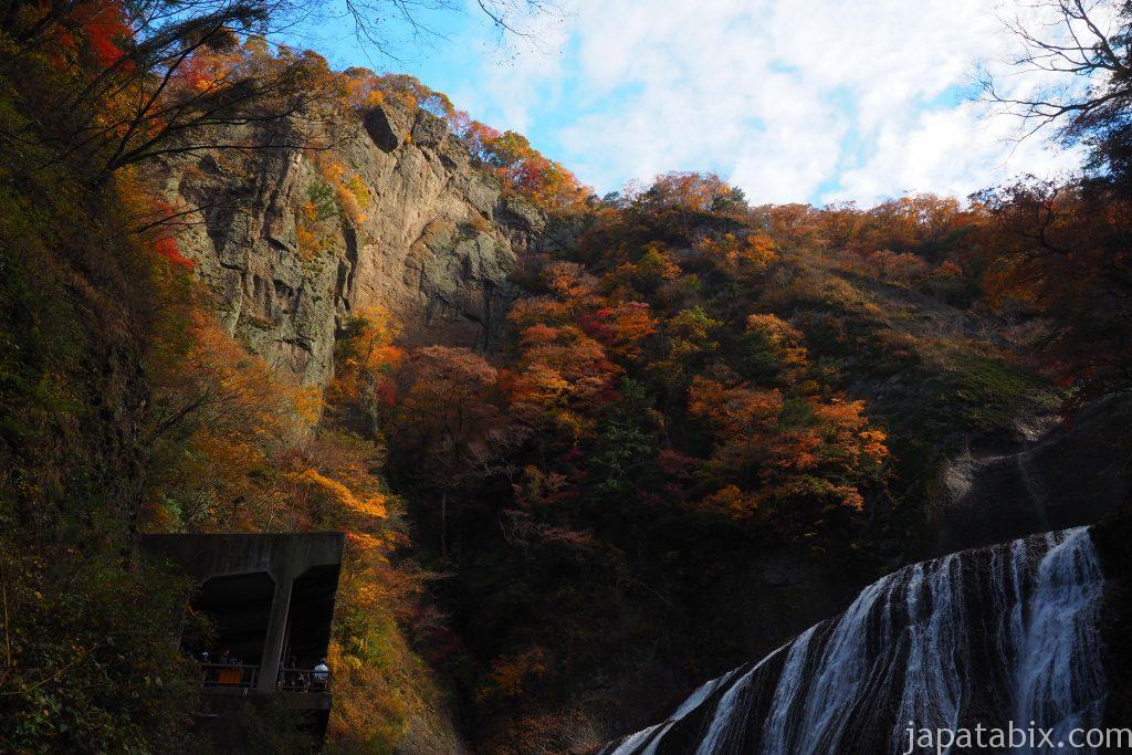 袋田の滝の紅葉と屏風岩