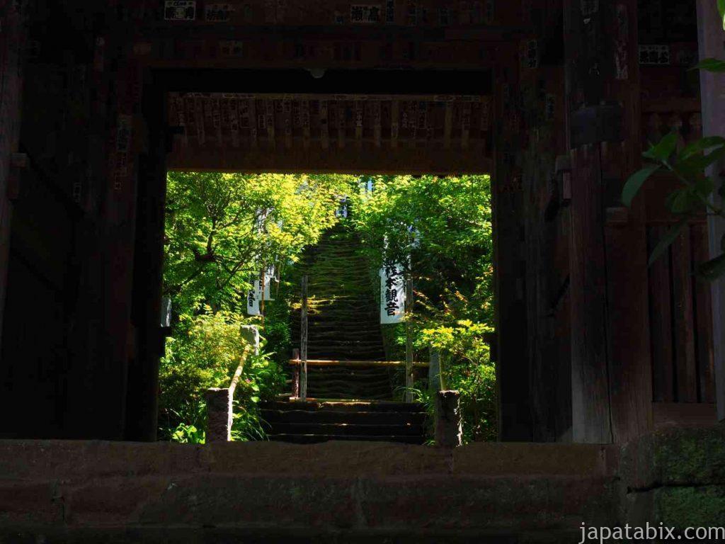 杉本寺 山門越しの石段