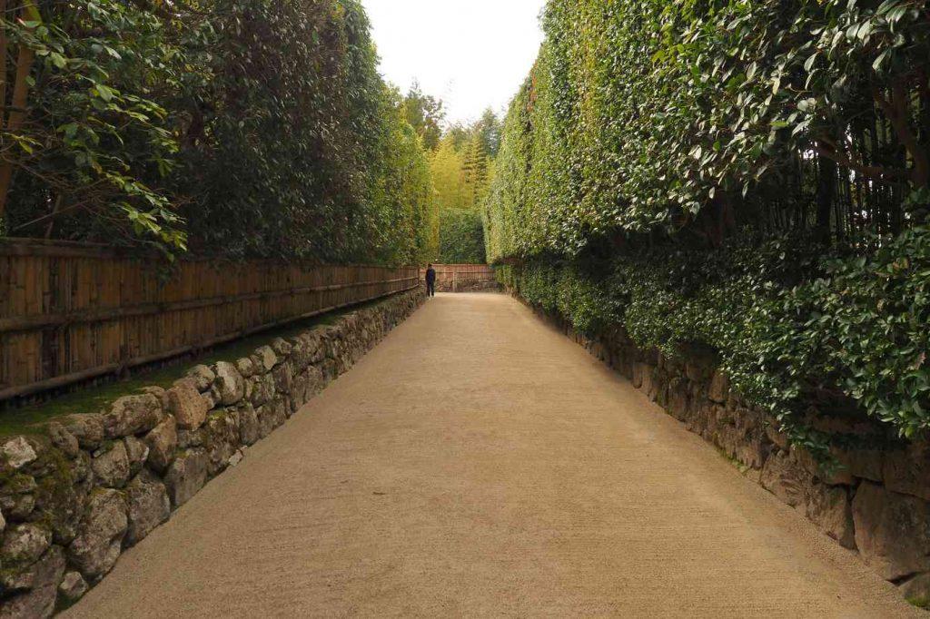 京都 銀閣寺 中門への参道