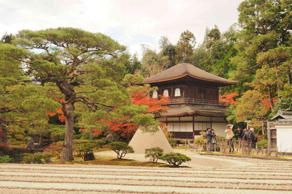 京都 銀閣寺 観音殿と銀沙灘・向月台