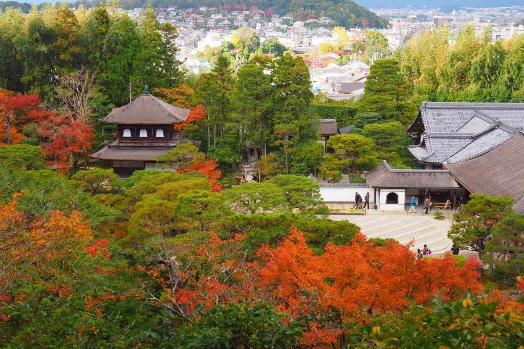 京都 銀閣寺 展望台から見た銀閣と紅葉