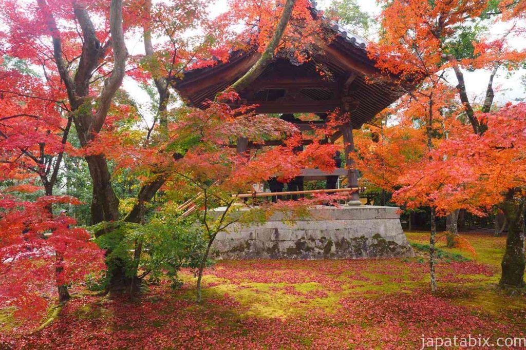 京都 金閣寺 鐘楼と紅葉
