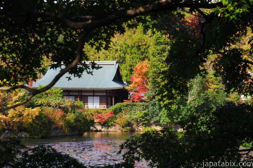 京都 龍安寺 鏡容池越しに見る