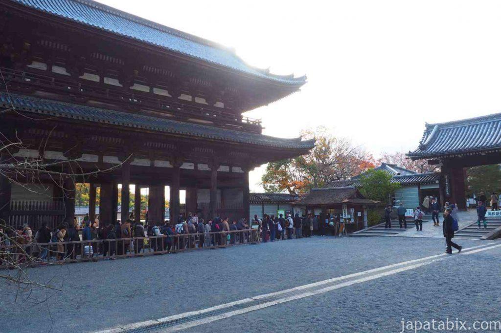 京都 仁和寺 拝観券購入の行列