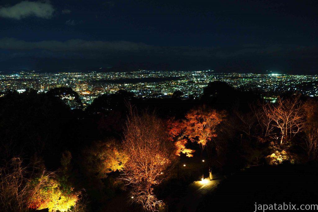 京都 東山 将軍塚青龍殿の紅葉ライトアップと京都市街の夜景