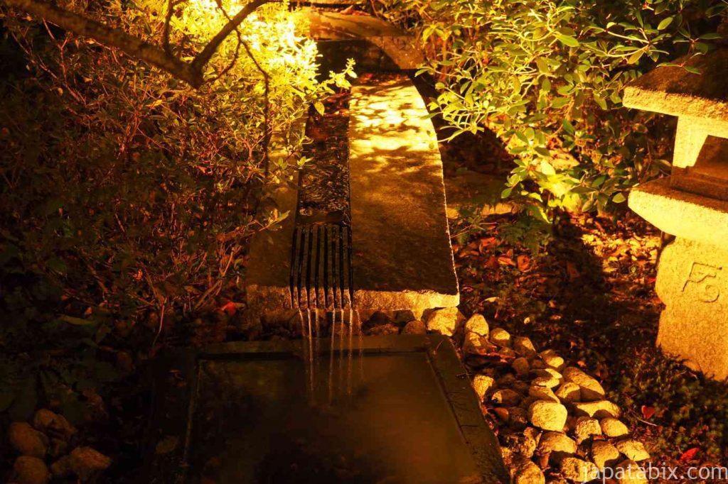 京都 東山 将軍塚青龍殿の庭園の紅葉ライトアップ
