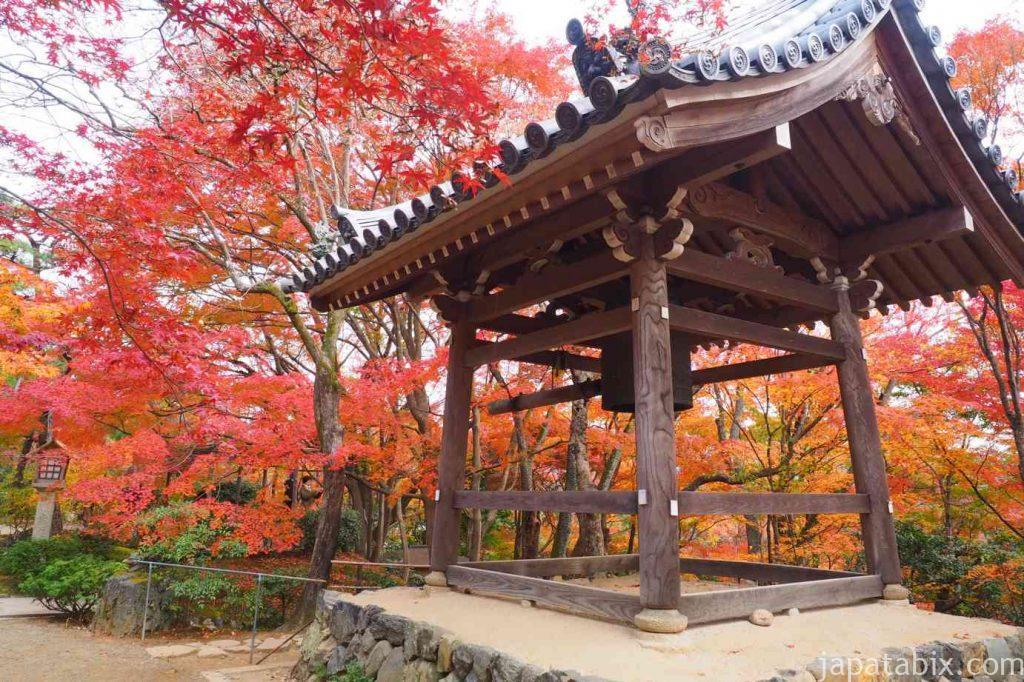 京都 嵯峨 常寂光寺 鐘楼の紅葉