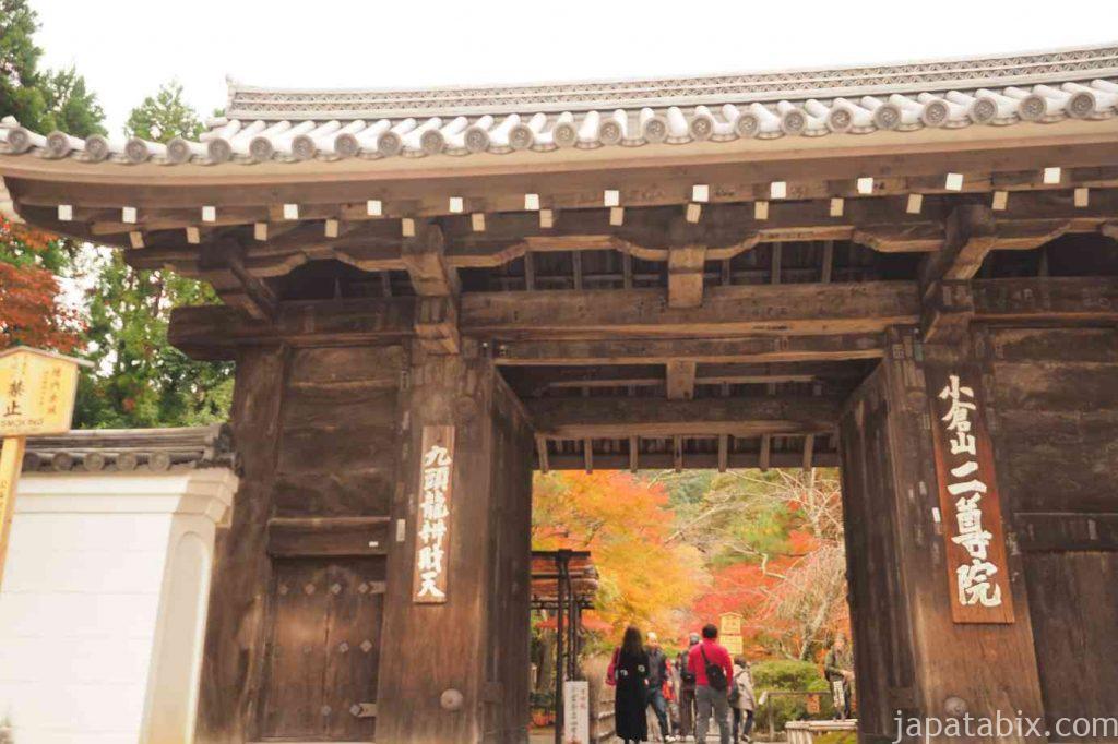 京都 嵯峨 二尊院 総門と紅葉