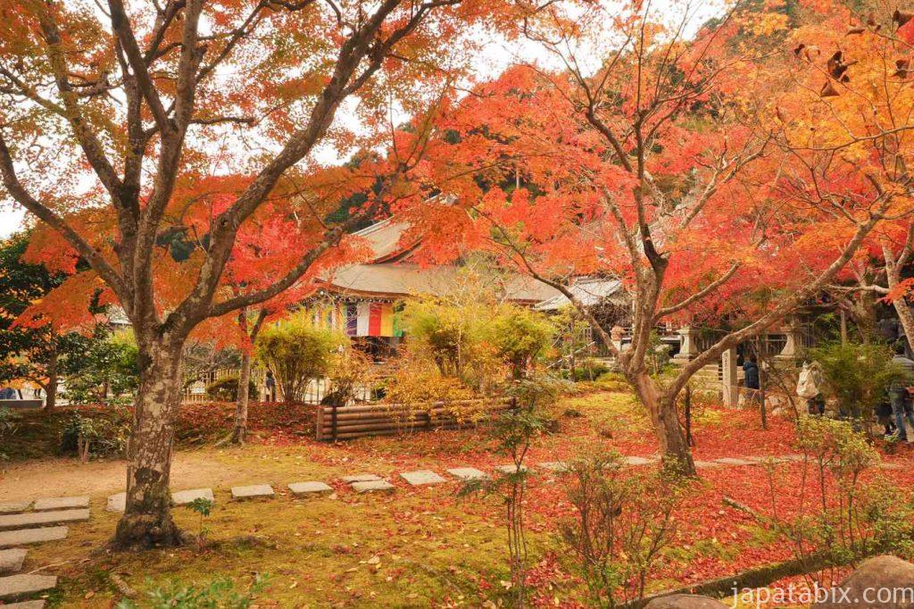 京都 嵯峨 二尊院 本堂と紅葉