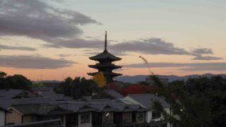 京都 紅葉 早朝の東山 八坂の塔