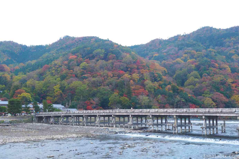 京都 紅葉 嵐山 渡月橋 早朝