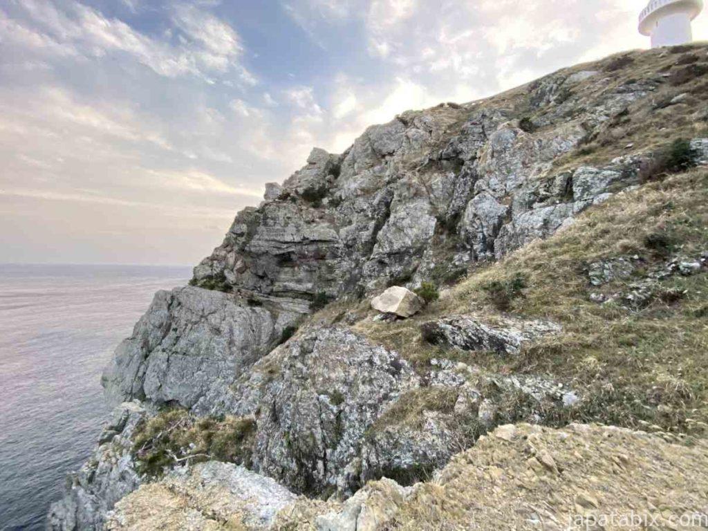 五島列島 福江島 大瀬崎灯台 そばの断崖