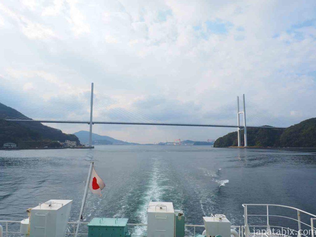 長崎港に入る