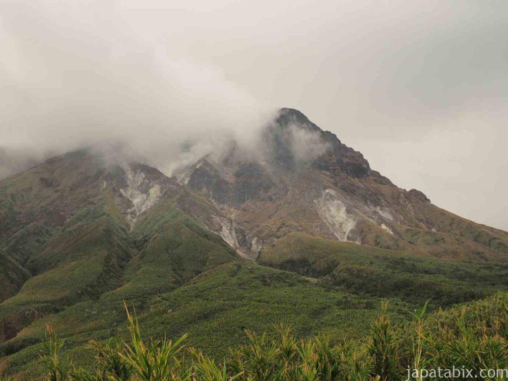 噴煙を上げる硫黄岳