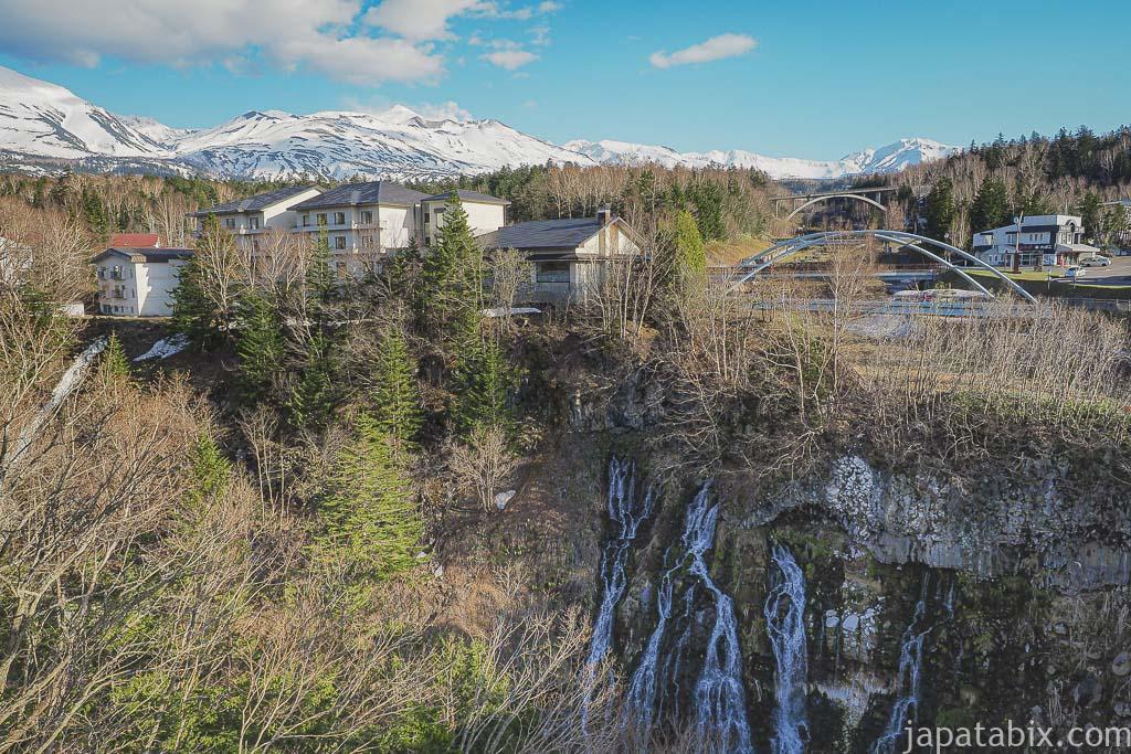 北海道 美瑛町 残雪の十勝岳連峰と白ひげの滝