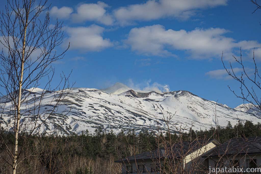 北海道 美瑛町 残雪の十勝岳連峰