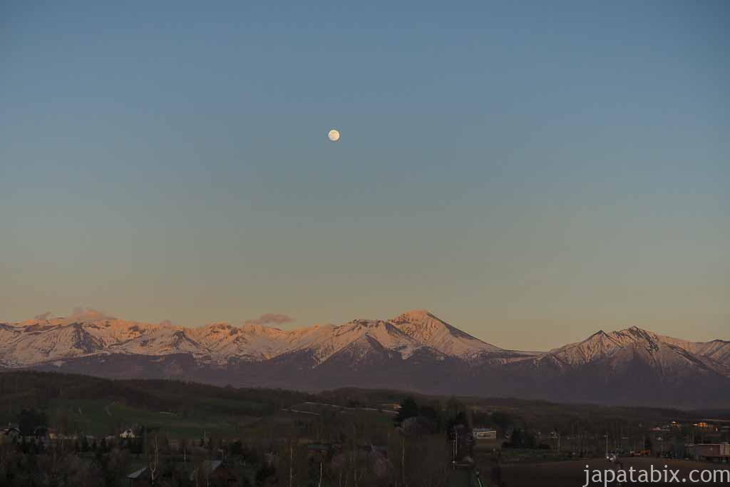 北海道 上富良野 日の出ラベンダー園 から見る十勝岳連峰と月