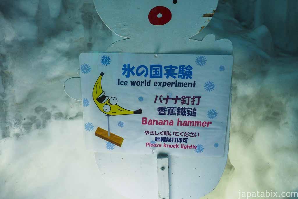 氷の美術館 北海道アイスパビリオン バナナで釘を打つ