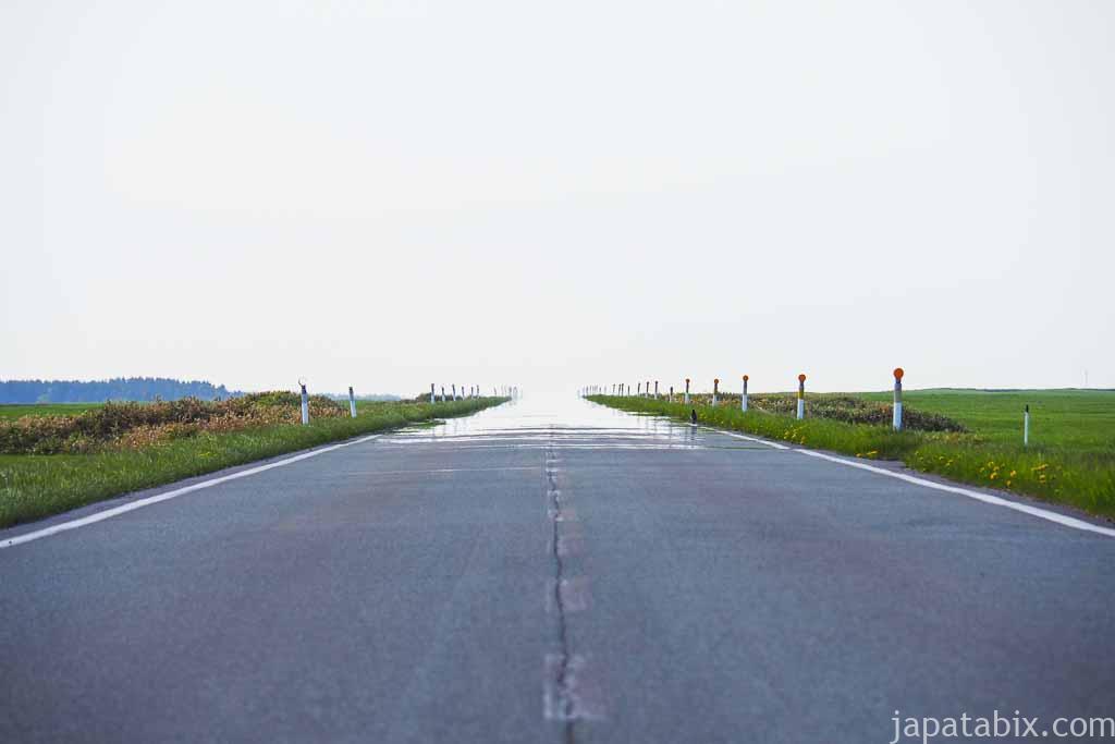 道路が空と溶け合う