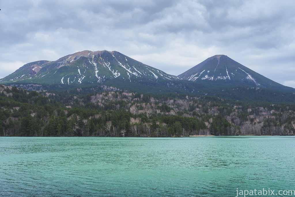 オンネトーと残雪の雌阿寒岳と阿寒富士