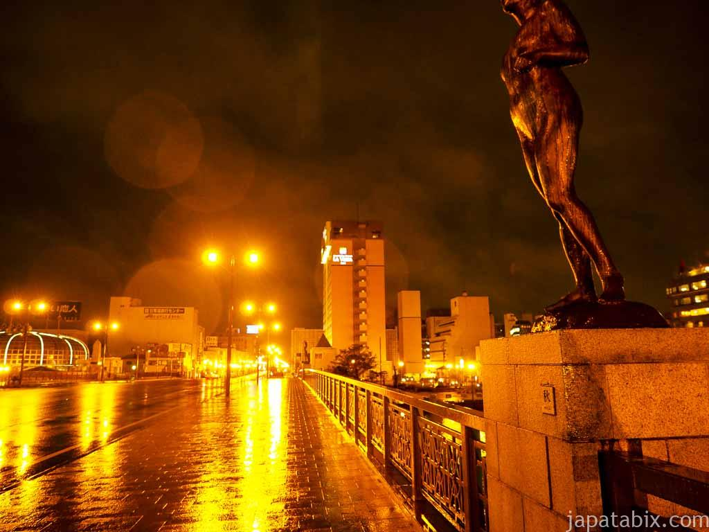 雨の幣舞橋 秋の像