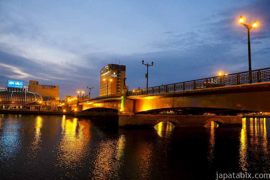 幣舞橋を横から見る