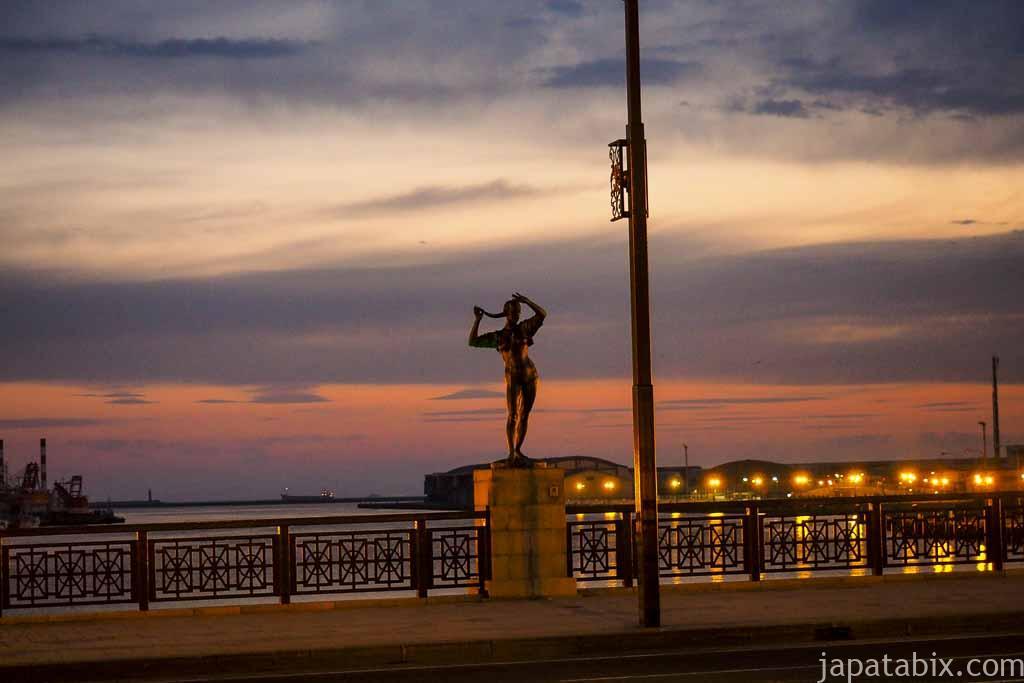 釧路市 幣舞橋の夕暮れと道東四季の像
