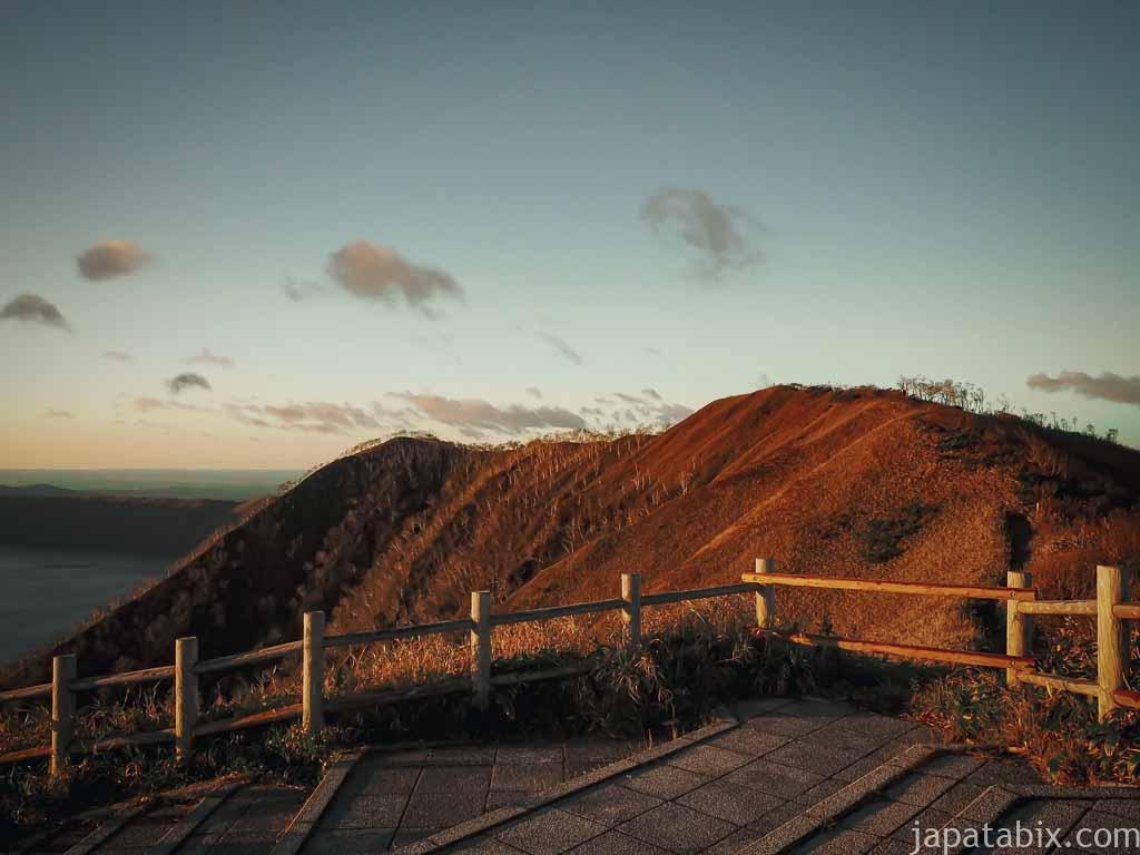 朝日に照らされる摩周湖外輪山