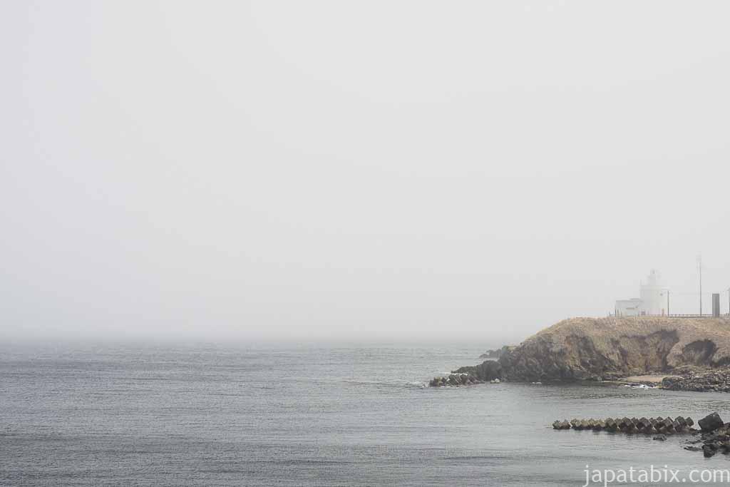 海霧に覆われた納沙布岬灯台