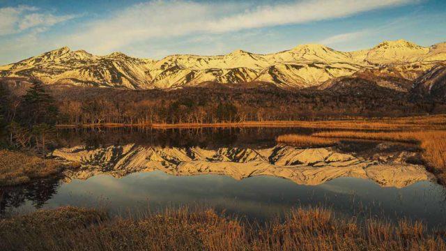 一湖に知床連山が映る
