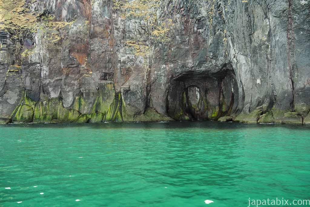 知床半島ウトロクルーズ 船から見る断崖
