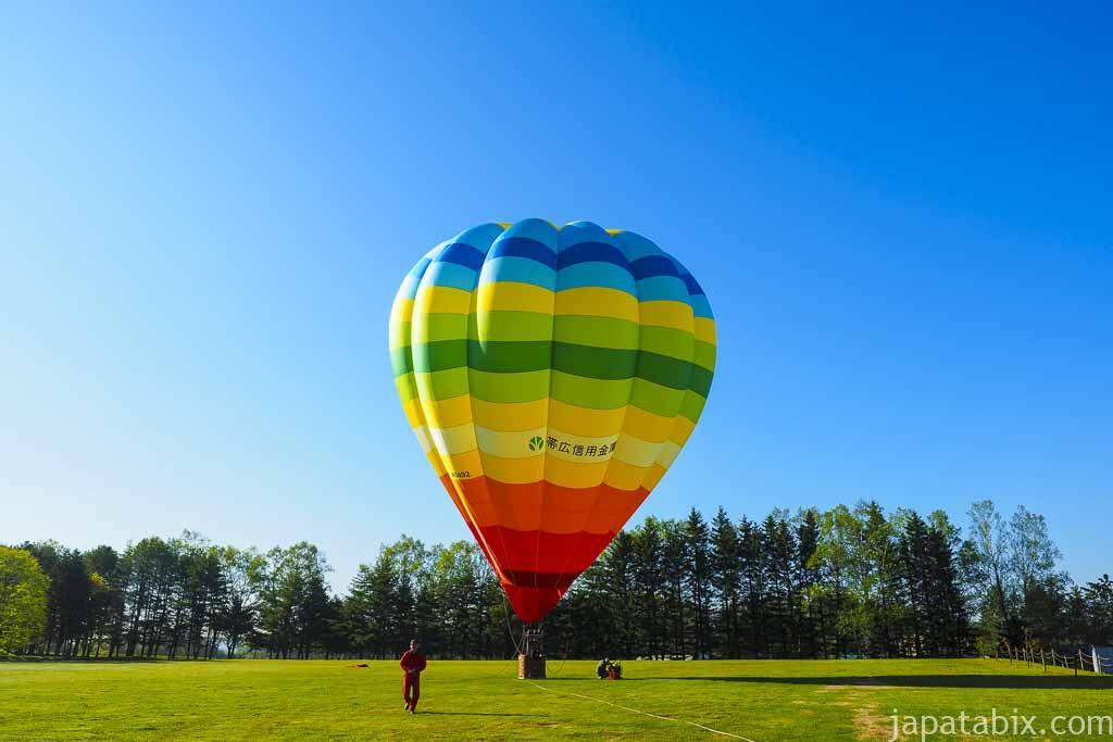 熱気球が膨らむ
