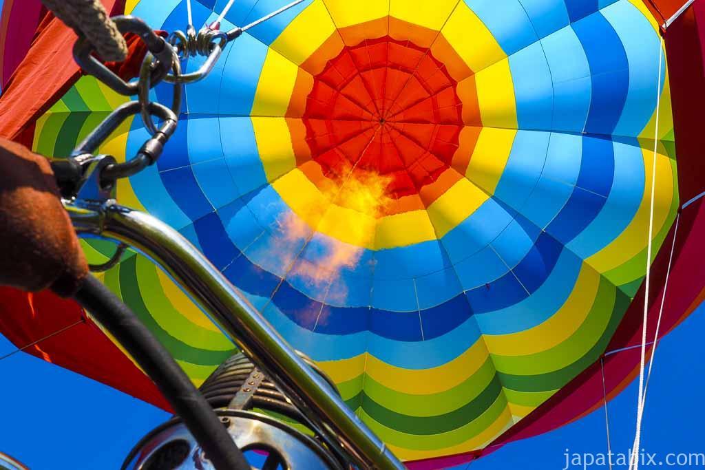 熱気球に乗り込む