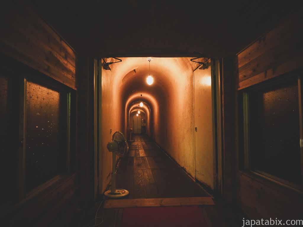 四万温泉 積善館 別館へのトンネル