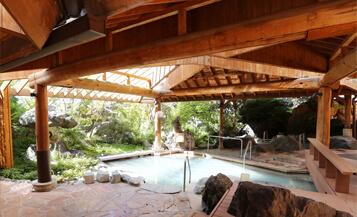 本館 湯遊天国 硫黄泉の露天風呂