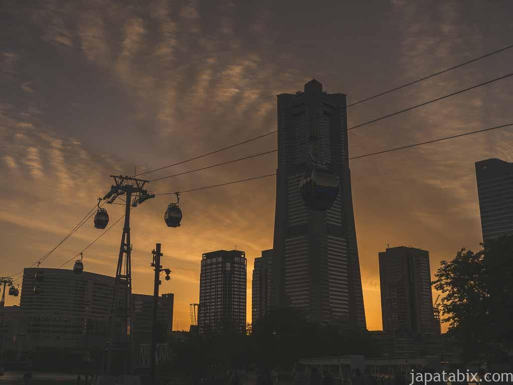 ヨコハマエアキャビンとランドマークタワー