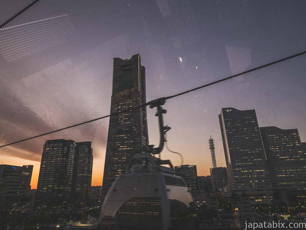 ヨコハマエアキャビンの中から見るランドマークタワー