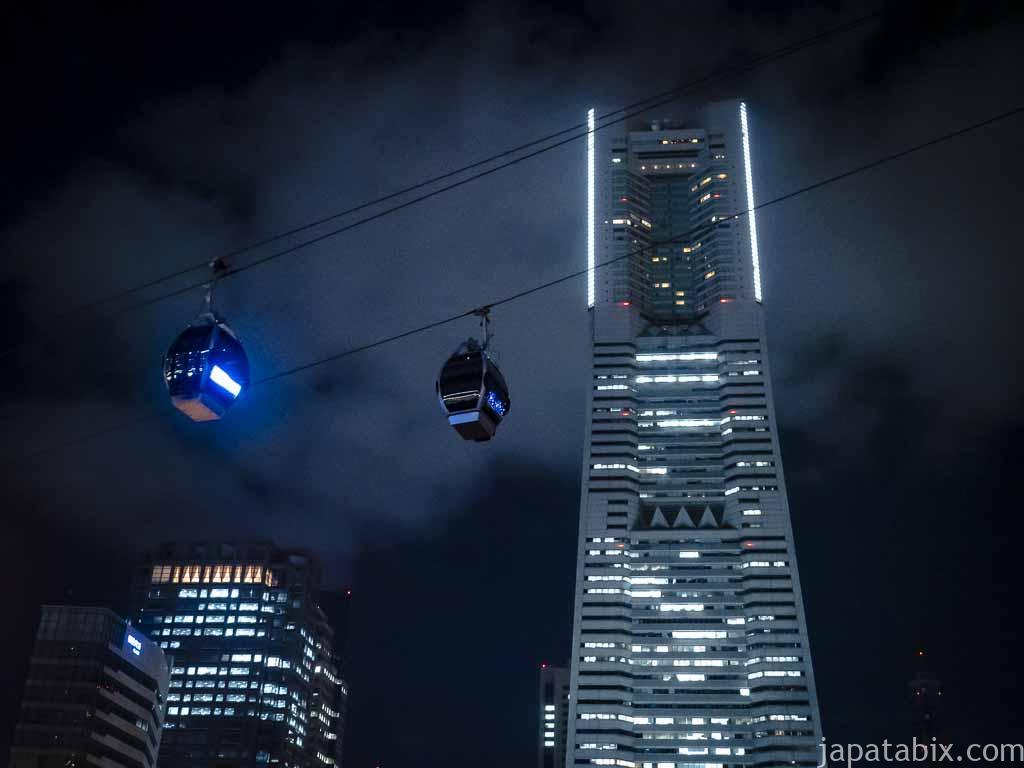 夜のヨコハマエアキャビンとランドマークタワー