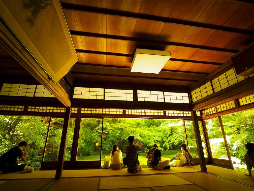 瑠璃光院 瑠璃の庭を見る人々