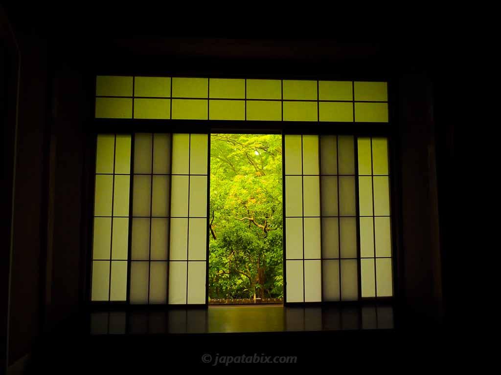 瑠璃光院 玄関前の窓の景色