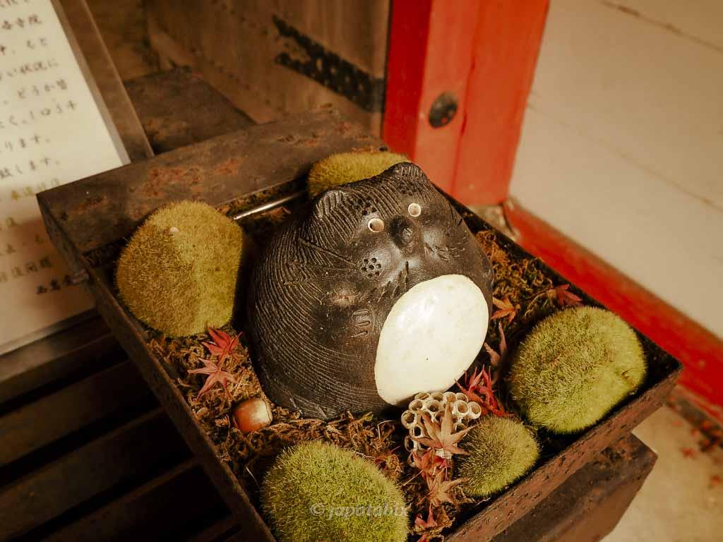 京都 金蔵寺 仁王門のたぬき