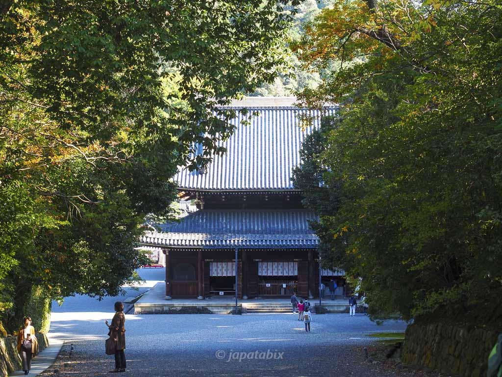 御寺泉涌寺 泉涌寺道の先に見える仏殿